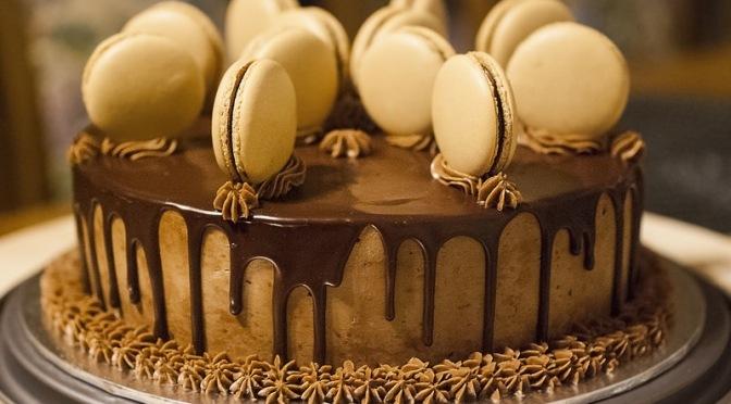 Mocha-chocolate cake with macarons